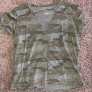 🧝🏻♀️olive green camo cut out T-shirt, AEO